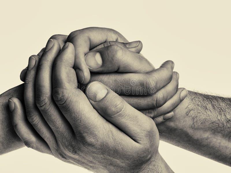 Τα χέρια ατόμων ` s κρατούν τις θηλυκές παλάμες στοκ φωτογραφία