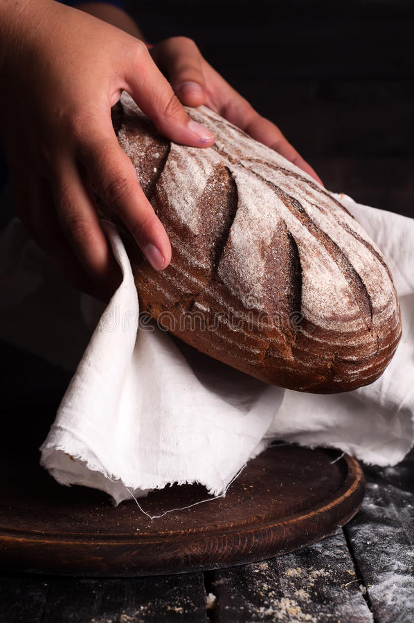 Τα χέρια γυναικών παίρνουν το φρέσκο ψωμί στοκ εικόνες με δικαίωμα ελεύθερης χρήσης