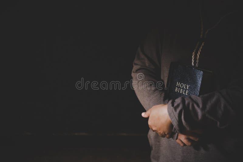 Τα χέρια δίπλωσαν στην προσευχή σε μια ιερή Βίβλο στην έννοια εκκλησιών για την πίστη στοκ φωτογραφίες με δικαίωμα ελεύθερης χρήσης