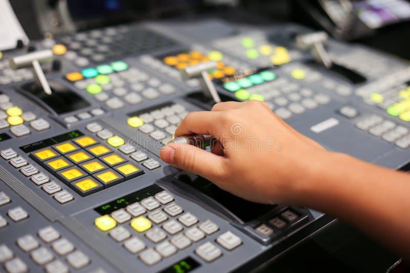 Τα χέρια διαλύουν επάνω Switcher των κουμπιών στο τηλεοπτικό κανάλι στούντιο, Audi στοκ φωτογραφία με δικαίωμα ελεύθερης χρήσης