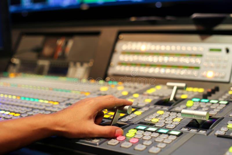 Τα χέρια διαλύουν επάνω Switcher των κουμπιών στο τηλεοπτικό κανάλι στούντιο, Audi στοκ εικόνες με δικαίωμα ελεύθερης χρήσης