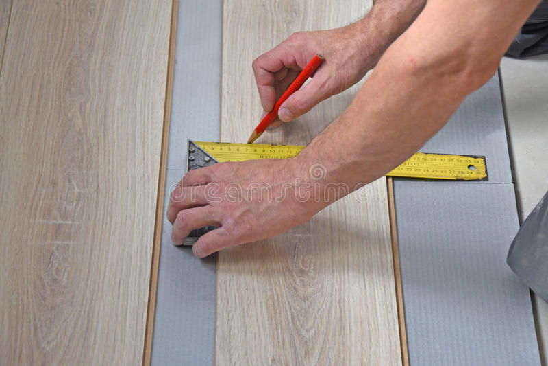 Τα χέρια ενός ξυλουργού, χαρακτηρίζουν ένα μολύβι στοκ φωτογραφία