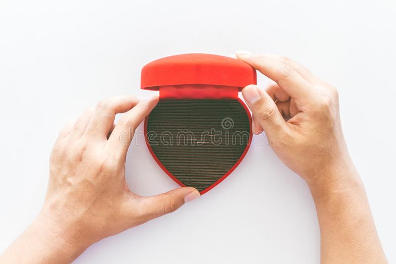 Τα χέρια κρατούν ένα κενό κενό κόκκινο κιβώτιο δώρων καρδιών στο λευκό στοκ φωτογραφίες με δικαίωμα ελεύθερης χρήσης