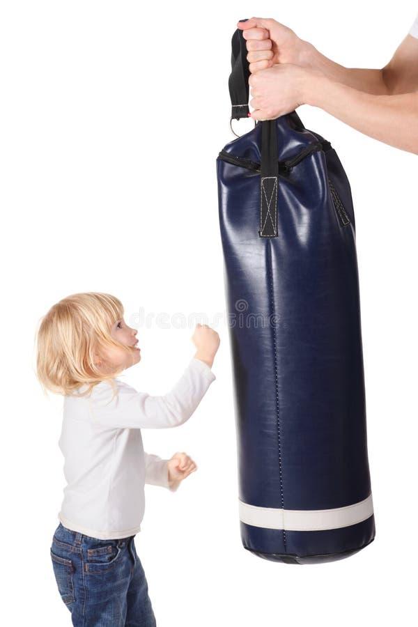 Τα χέρια κρατούν ότι punching η τσάντα και το κορίτσι είναι punching στοκ εικόνα