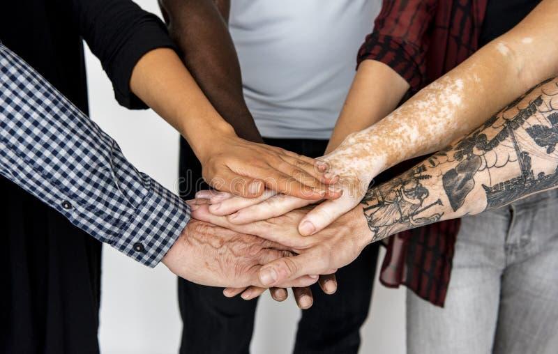 Τα χέρια ομάδας ανθρώπων συγκεντρώνουν από κοινού στοκ φωτογραφίες