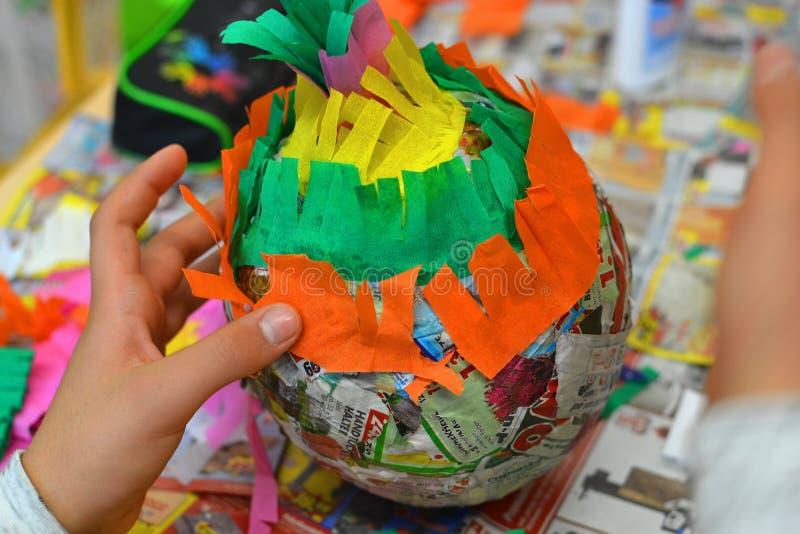Τα χέρια παιδιών κάνουν ένα pinata στοκ εικόνα με δικαίωμα ελεύθερης χρήσης