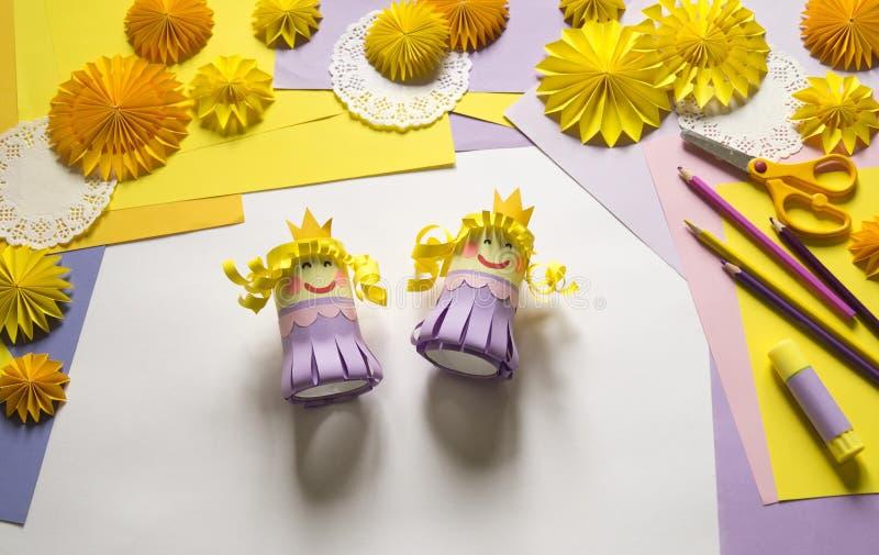 Τα χέρια παιδιών ` s κάνουν μια πριγκήπισσα του εγγράφου Πρακτικός για ένα κόμμα στοκ φωτογραφία