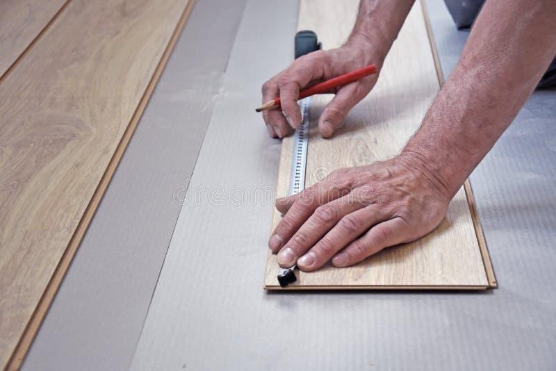 Τα χέρια της γραμμής ξυλουργών μετριούνται στοκ εικόνες
