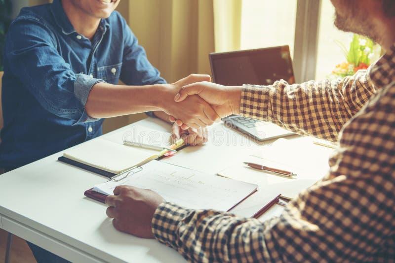 Τα χέρια τινάγματος επιχειρηματιών για να σφραγίσουν εξετάζουν το συνεργάτη του στοκ εικόνα με δικαίωμα ελεύθερης χρήσης