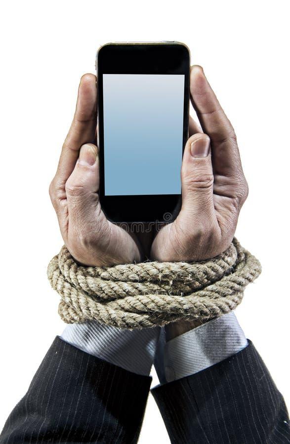 Τα χέρια του επιχειρηματία έθισαν στους κινητούς καρπούς δεσμών τηλεφωνικών σχοινιών στον εθισμό Διαδικτύου smartphone στοκ εικόνες