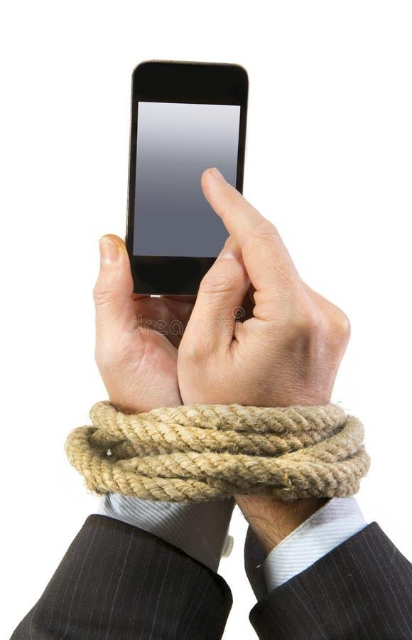 Τα χέρια του επιχειρηματία έθισαν στους κινητούς καρπούς δεσμών τηλεφωνικών σχοινιών στον εθισμό Διαδικτύου smartphone στοκ φωτογραφία με δικαίωμα ελεύθερης χρήσης