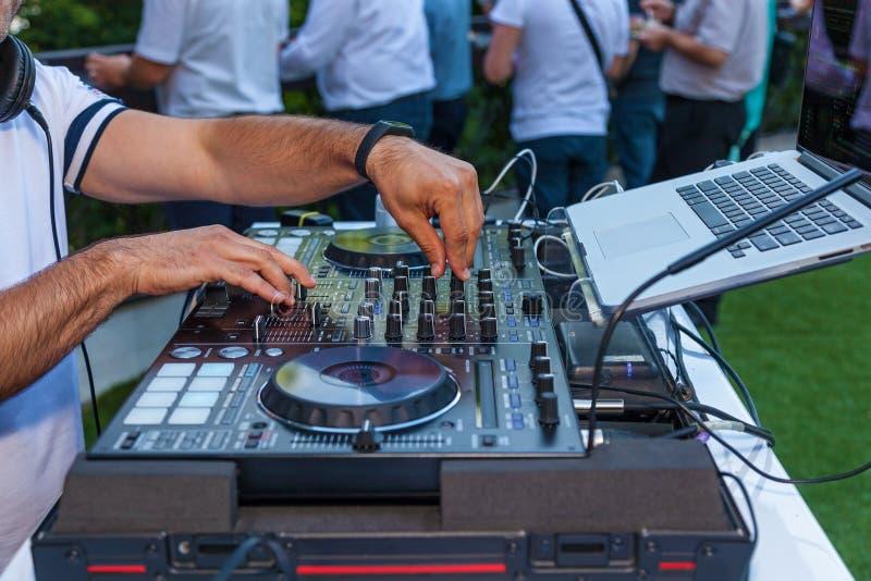 Τα χέρια του DJ στοκ εικόνες