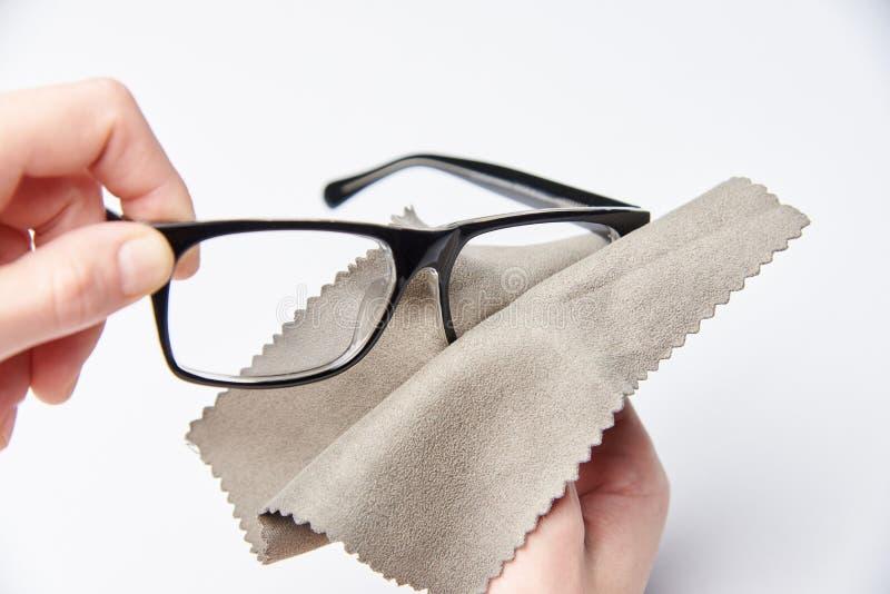 Τα χέρια τρίβουν τα γυαλιά στοκ εικόνες με δικαίωμα ελεύθερης χρήσης