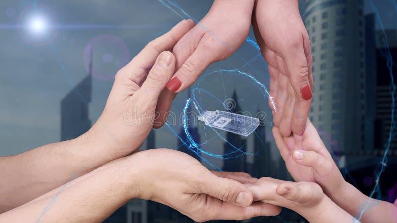 Τα χέρια των ανδρών, των γυναικών και των παιδιών παρουσιάζουν σε ένα ολόγραμμα τρισδιάστατη λάμψη usb στοκ εικόνα