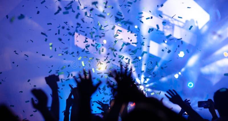 Τα χέρια των ανθρώπων στη συναυλία στοκ εικόνα
