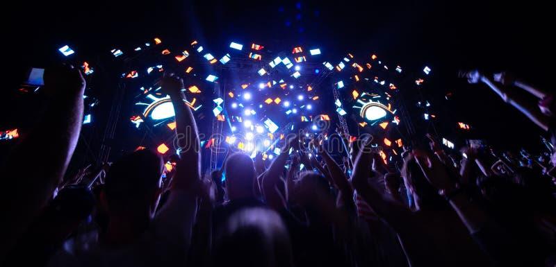 Τα χέρια των ανθρώπων στη συναυλία στοκ εικόνες