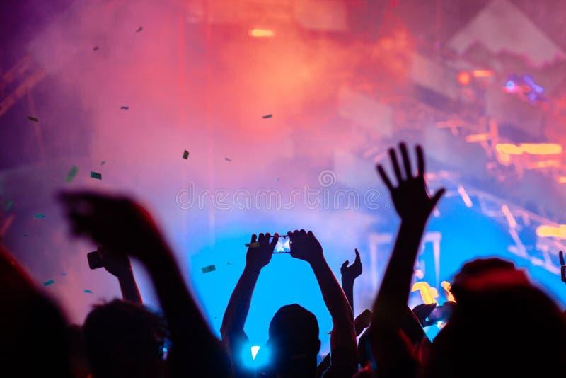 Τα χέρια των ανθρώπων στη συναυλία στοκ φωτογραφίες με δικαίωμα ελεύθερης χρήσης