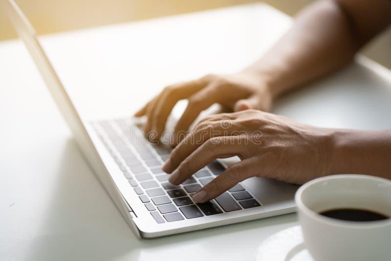 Τα χέρια των ατόμων δακτυλογραφούν στο lap-top στοκ φωτογραφία