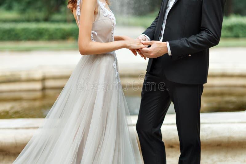 Τα χέρια των newlyweds στοκ φωτογραφία με δικαίωμα ελεύθερης χρήσης