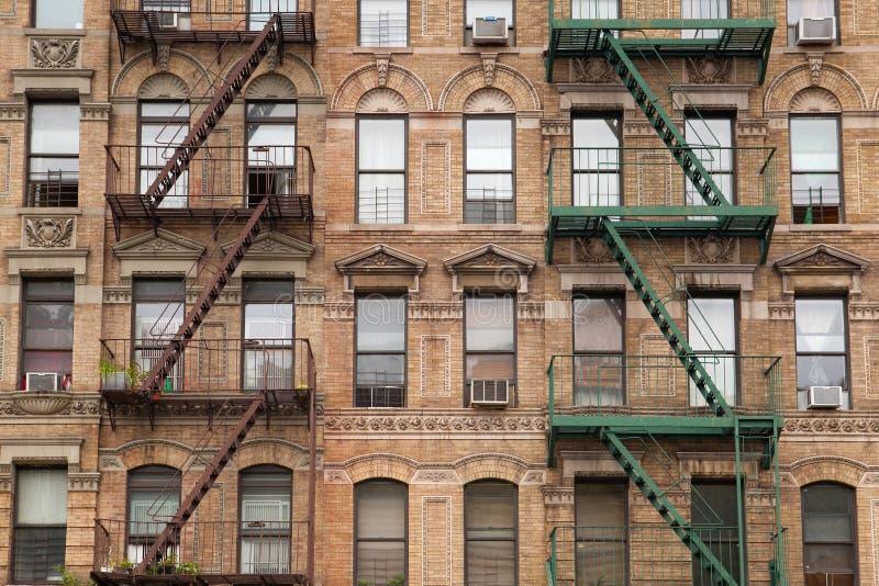 Τα χαρακτηριστικά σκαλοπάτια πυρκαγιάς στο παλαιό σπίτι στη Νέα Υόρκη στοκ φωτογραφίες
