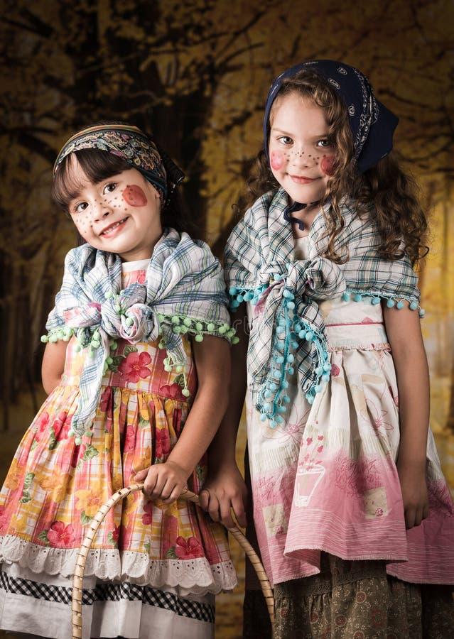 Τα χαριτωμένα μικρά κορίτσια έντυσαν ως τις παραδοσιακές μάγισσες στοκ φωτογραφία με δικαίωμα ελεύθερης χρήσης