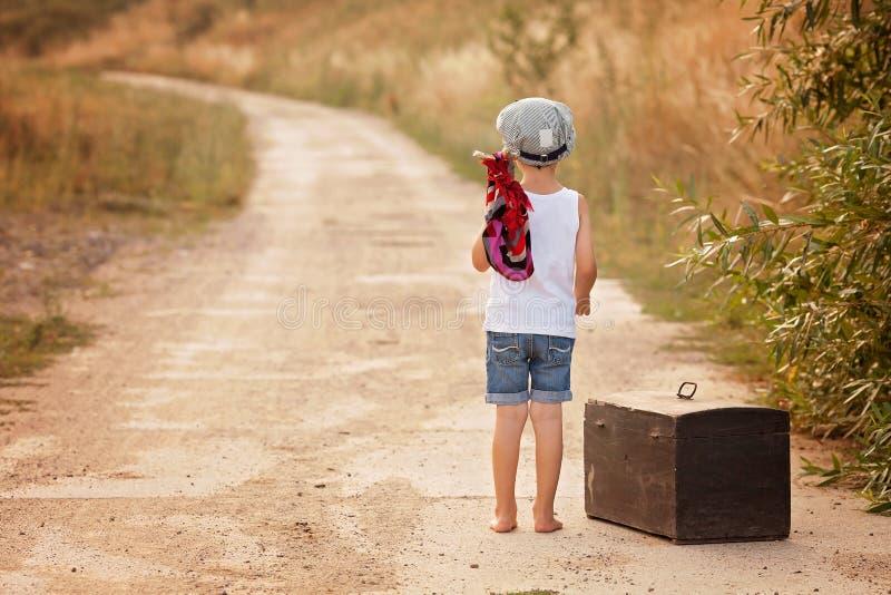 Τα χαριτωμένα μικρά παιδιά, που κρατούν μια δέσμη, κατανάλωση πασπαλίζουν με ψίχουλα και χαμόγελο, wa στοκ εικόνες με δικαίωμα ελεύθερης χρήσης