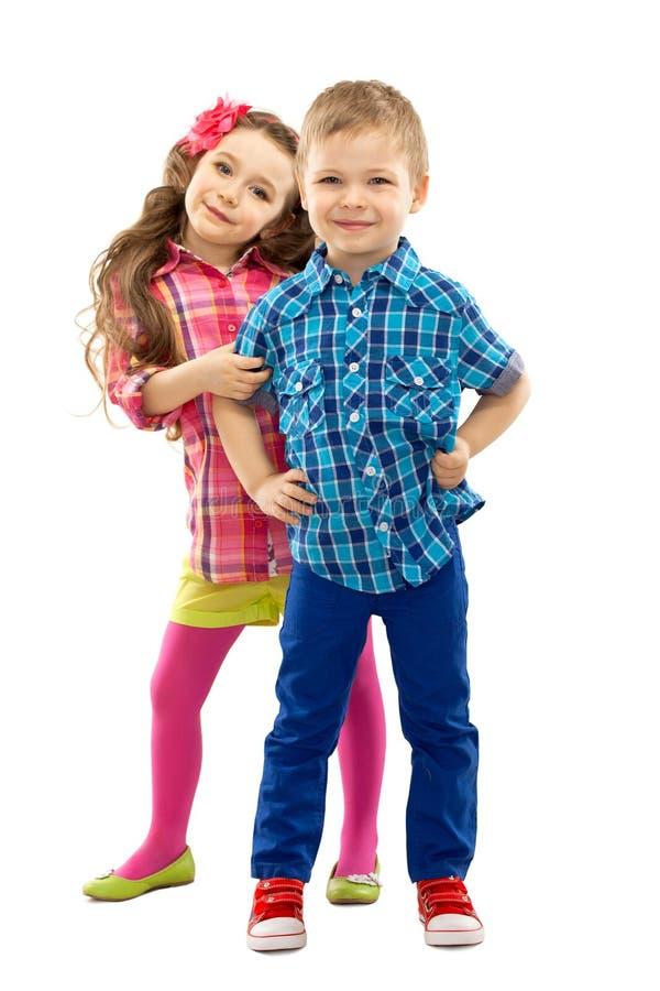 Τα χαριτωμένα παιδιά μόδας στέκονται από κοινού στοκ εικόνες