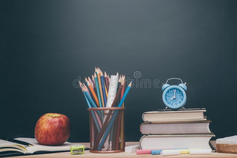 Τα χαρτικά είναι έτοιμα για τους σπουδαστές να ανοίξουν έναν νέο όρο στο σχολείο στοκ εικόνες με δικαίωμα ελεύθερης χρήσης