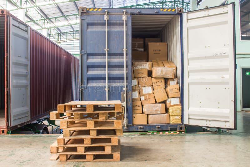Τα χαρτοκιβώτια με τη φόρτωση από το εμπορευματοκιβώτιο στοκ φωτογραφίες με δικαίωμα ελεύθερης χρήσης