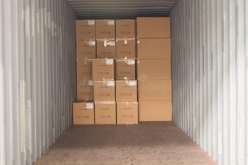 Τα χαρτοκιβώτια με τη φόρτωση του εμπορευματοκιβωτίου στοκ φωτογραφίες