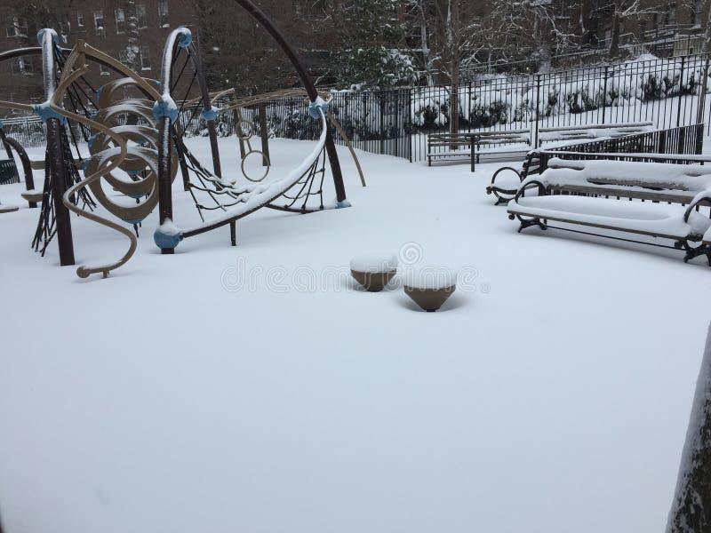 Τα χιονώδη παιδιά τοποθετούν στοκ εικόνα με δικαίωμα ελεύθερης χρήσης