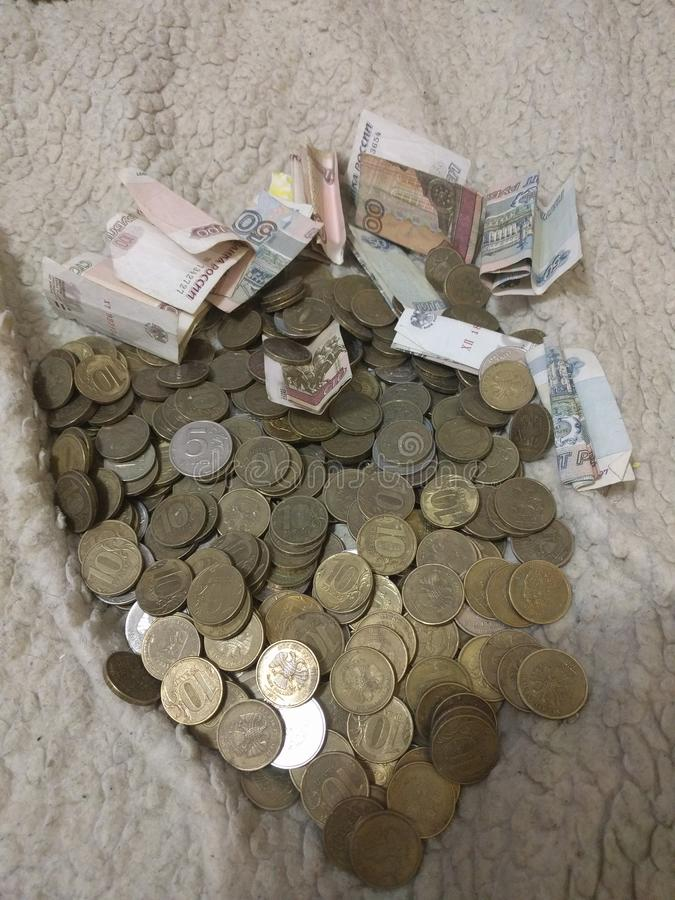 Τα χρήματα είναι διεσπαρμένα τυχαία Συλλέξτε, ξοδεψτε, αγοράστε, κερδίστε στοκ φωτογραφία με δικαίωμα ελεύθερης χρήσης