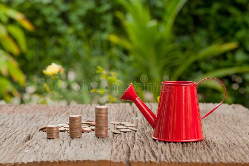 Τα χρήματα και το πότισμα μπορούν, σώζοντας την έννοια χρημάτων, οικονομική αποταμίευση στοκ φωτογραφία