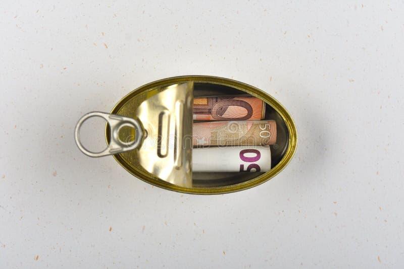 Τα χρήματα που κερδίζονται στο α μπορούν στοκ φωτογραφίες με δικαίωμα ελεύθερης χρήσης