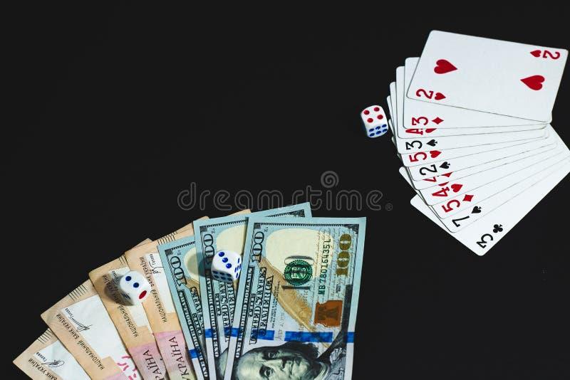 Τα χρήματα, χωρίζουν σε τετράγωνα και κάρτες σε ένα μαύρο υπόβαθρο E στοκ φωτογραφία