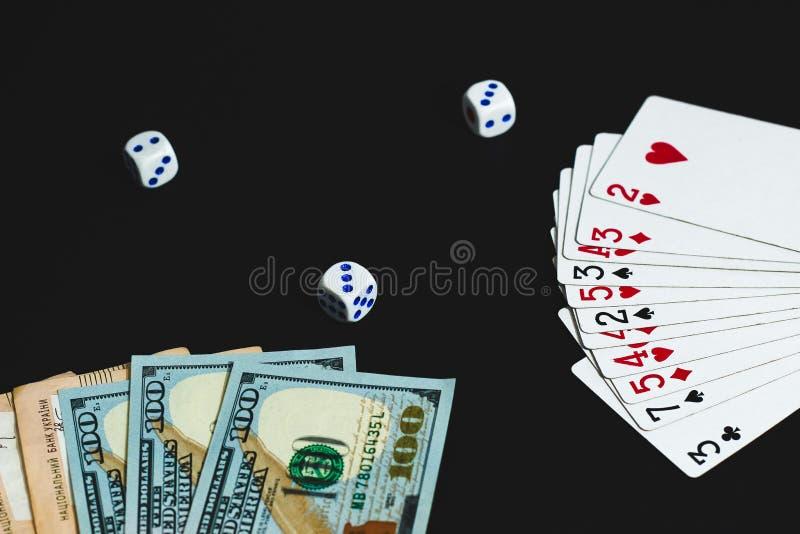 Τα χρήματα, χωρίζουν σε τετράγωνα και κάρτες σε ένα μαύρο υπόβαθρο E στοκ εικόνες