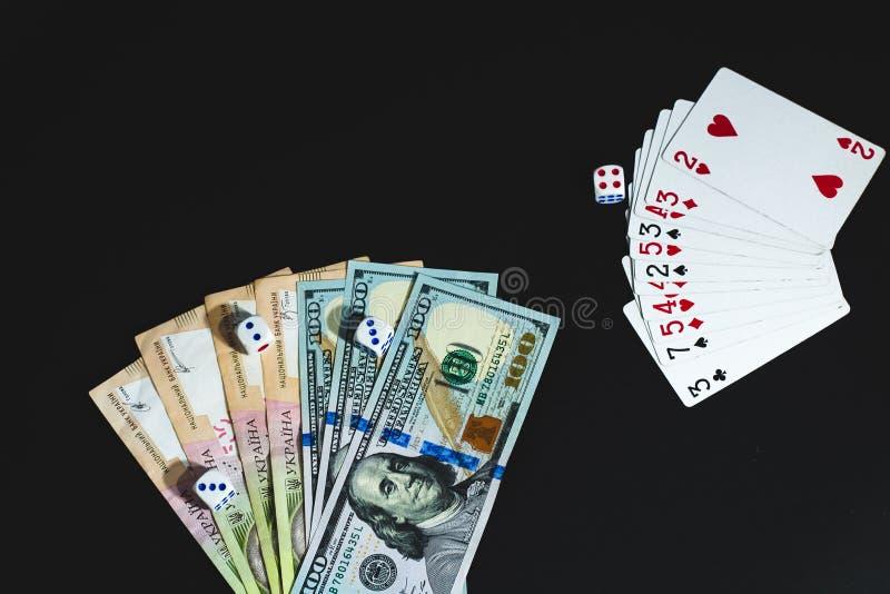 Τα χρήματα, χωρίζουν σε τετράγωνα και κάρτες σε ένα μαύρο υπόβαθρο E στοκ εικόνα με δικαίωμα ελεύθερης χρήσης
