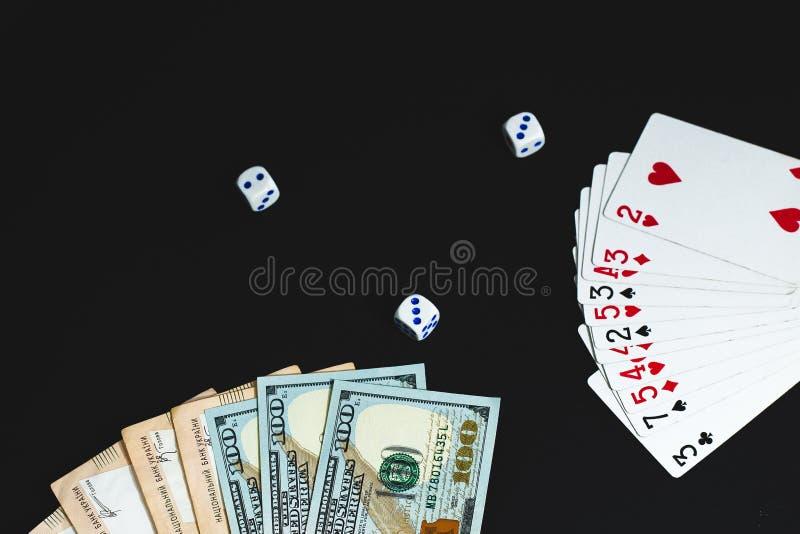 Τα χρήματα, χωρίζουν σε τετράγωνα και κάρτες σε ένα μαύρο υπόβαθρο E στοκ φωτογραφία με δικαίωμα ελεύθερης χρήσης