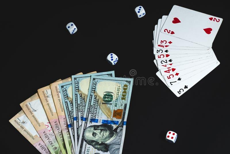 Τα χρήματα, χωρίζουν σε τετράγωνα και κάρτες σε ένα μαύρο υπόβαθρο E στοκ εικόνα