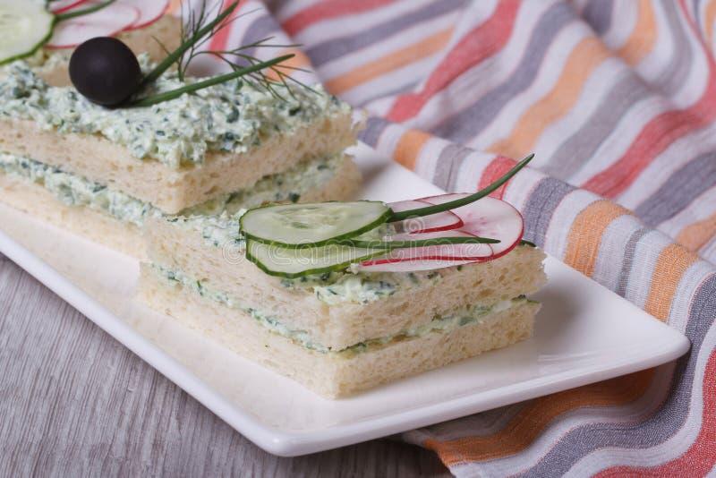 Τα χρήσιμα σάντουιτς με το μαλακό τυρί, αγγούρια, ραδίκια κλείνουν επάνω στοκ εικόνες με δικαίωμα ελεύθερης χρήσης
