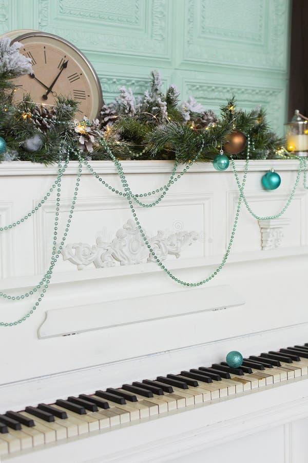 Τα Χριστούγεννα ή οι νέες γιρλάντες έτους με το γούνα-δέντρο διακλαδίζονται και μπλε σφαίρες και ρολόι Χριστουγέννων στο παλαιό s στοκ εικόνες με δικαίωμα ελεύθερης χρήσης