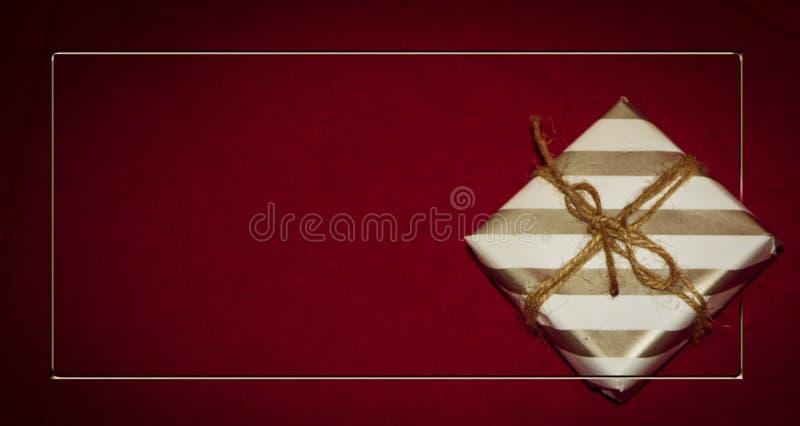 Τα Χριστούγεννα ή το νέο επίπεδο διακοσμήσεων έτους βάζουν το τοπ κιβώτιο δώρων άποψης 6ος στοκ εικόνα