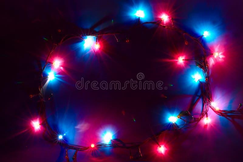Τα Χριστούγεννα ανάβουν την ανασκόπηση με τα κόκκινα μπλε χρώματα στοκ εικόνα