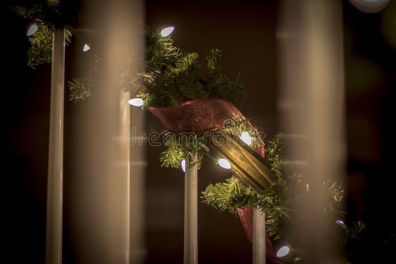Τα Χριστούγεννα διακοσμούν τη νύχτα τα φωτεινά και ευτυχή φω'τα με την κορδέλλα και ακτινοβολούν στοκ φωτογραφία με δικαίωμα ελεύθερης χρήσης
