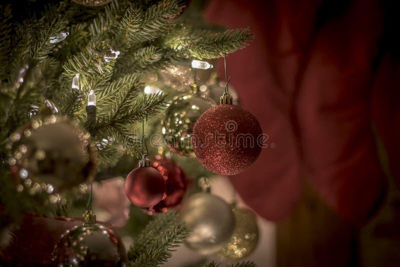 Τα Χριστούγεννα διακοσμούν τη νύχτα τα φωτεινά και ευτυχή φω'τα με την κορδέλλα και ακτινοβολούν στοκ φωτογραφίες με δικαίωμα ελεύθερης χρήσης