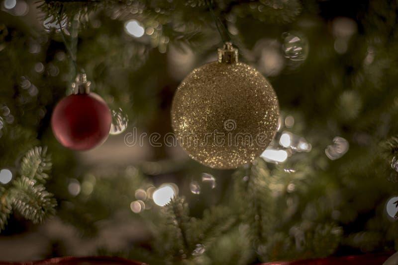 Τα Χριστούγεννα διακοσμούν τη νύχτα τα φωτεινά και ευτυχή φω'τα με την κορδέλλα και ακτινοβολούν στοκ εικόνες