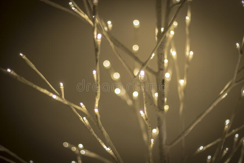 Τα Χριστούγεννα διακοσμούν τη νύχτα τα φωτεινά και ευτυχή φω'τα με την κορδέλλα και ακτινοβολούν στοκ εικόνα με δικαίωμα ελεύθερης χρήσης