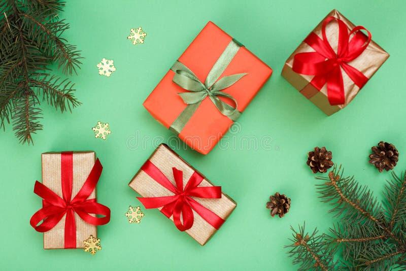 τα Χριστούγεννα διακοσμούν τις φρέσκες βασικές ιδέες διακοσμήσεων Τα κιβώτια δώρων, δέντρο έλατου διακλαδίζονται με τους κώνους κ στοκ φωτογραφίες με δικαίωμα ελεύθερης χρήσης