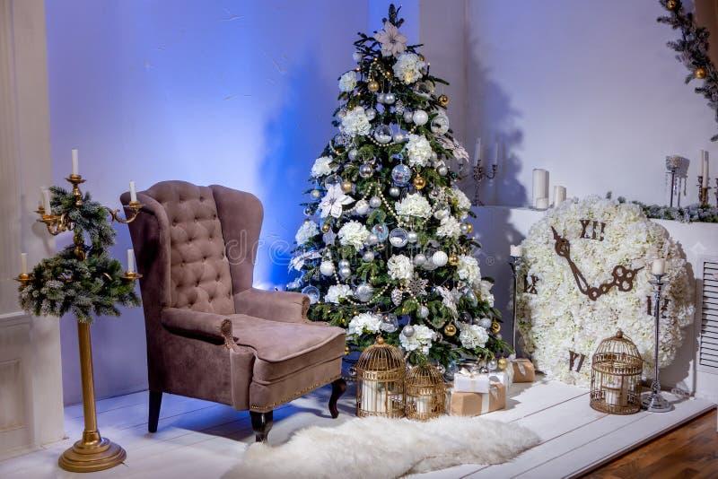 Τα Χριστούγεννα διακόσμησαν το δωμάτιο με την καφετιά πολυθρόνα, το μεγάλο ρολόι με τα λουλούδια, το κηροπήγιο με τη γιρλάντα έλα στοκ εικόνες με δικαίωμα ελεύθερης χρήσης