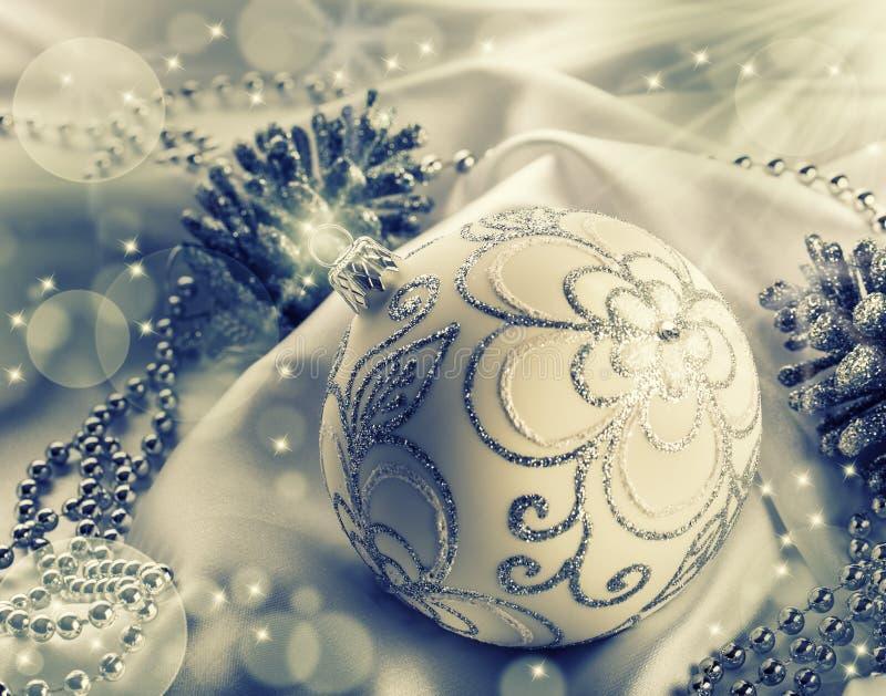 τα Χριστούγεννα διακοσμούν τις φρέσκες βασικές ιδέες διακοσμήσεων Σφαίρα Χριστουγέννων, κώνοι πεύκων, κοσμήματα glittery στο άσπρ στοκ φωτογραφία